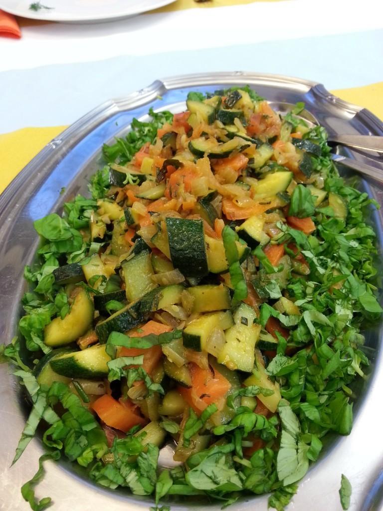 Gemüsesalat aus den übrigen Zucchini, Möhren und Kräutern