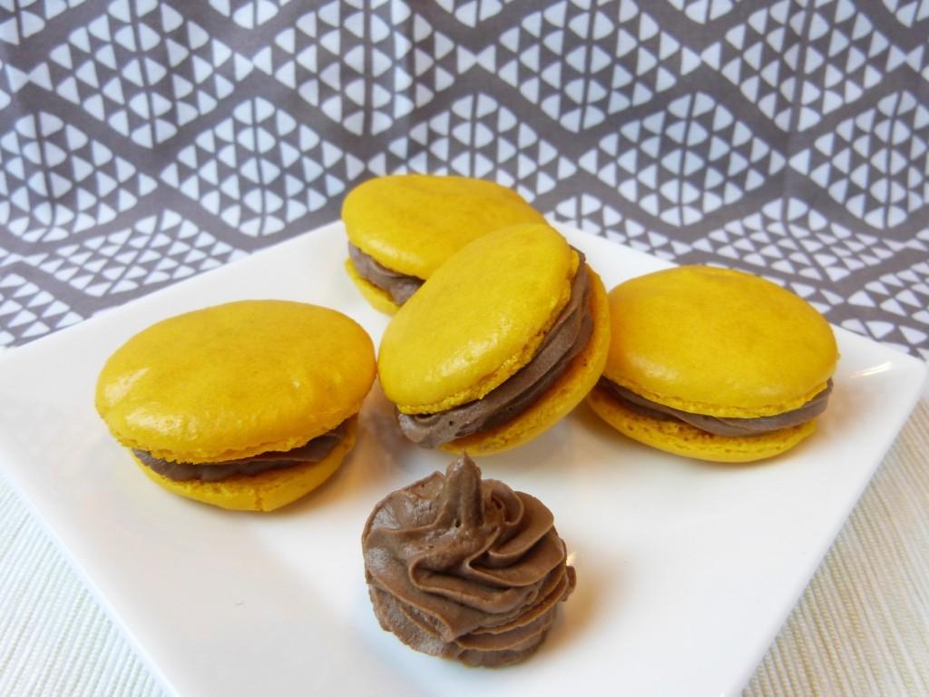 Gelbe Macarons mit Schokoladen-Ricotta-Ganache