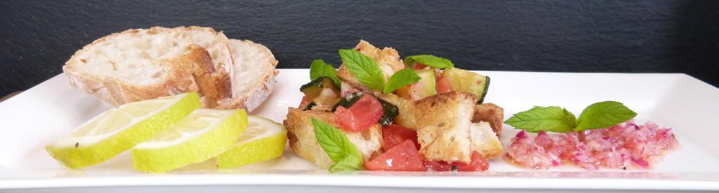 mediterraner Brotsalat mit Zucchini und Tomaten