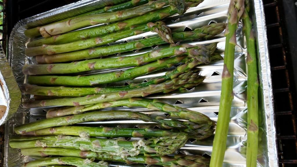 Grüner Spargel, in der Aluschale gegrillt mit der Kräuter-Pflanzencreme. Musste hinterher noch etwas nachgesalzen werden.