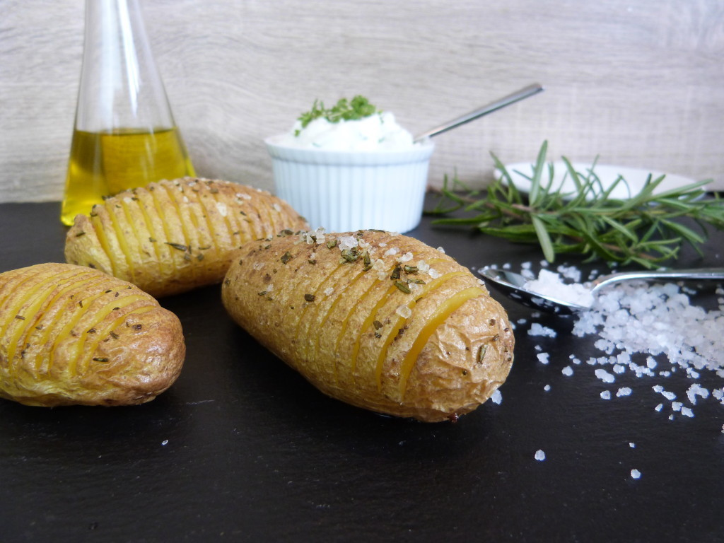 Fächerkartoffeln mit Kräuterquark