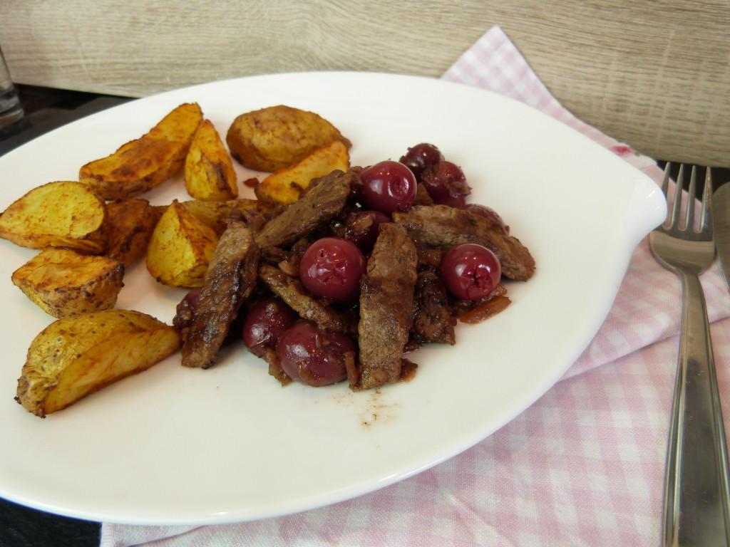 Rindfleisch in Zwiebel-Kirsch-Sauce