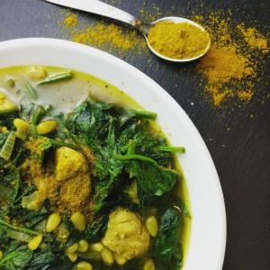 Hähnchencurry mit Spinat und Pinienkernen