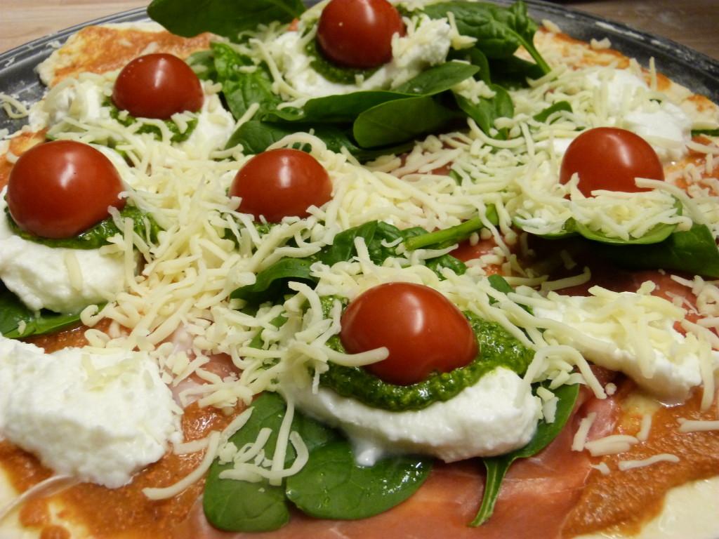 Pizza mit Pesto und Tomaten